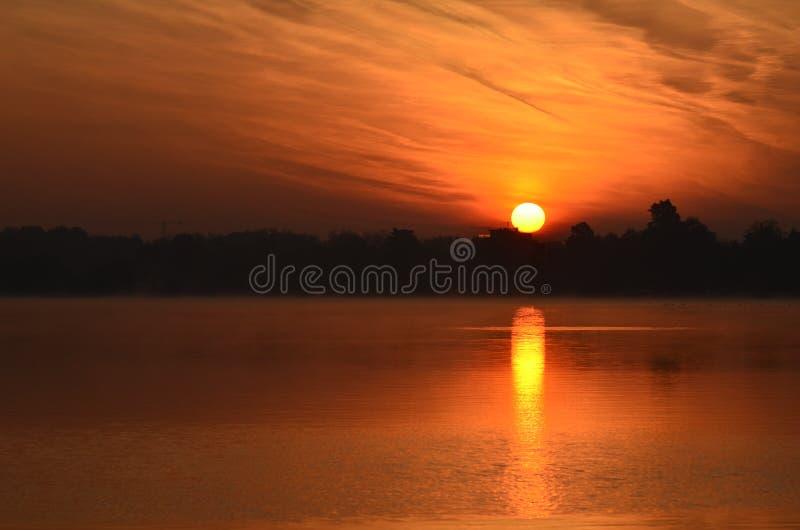 Lever de soleil au-dessus du lac de ville images stock