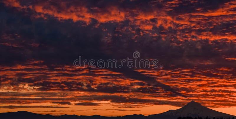 Lever de soleil au-dessus du mont Fuji comme vu d'une crête adjacente Capot, Orégon photos stock