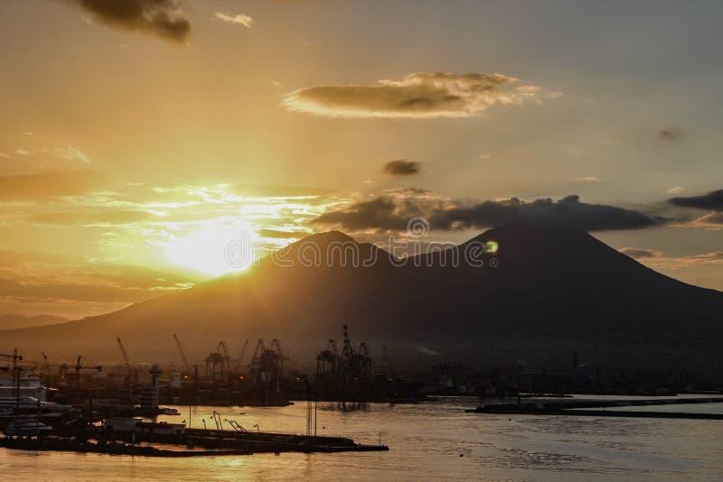 Lever de soleil au-dessus du mont Vésuve du port de Naples images libres de droits
