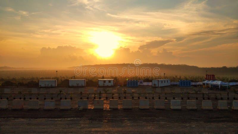 Lever de soleil au-dessus de l'aire de repos dans Sumatra& du sud x27 ; route de péage de s images libres de droits
