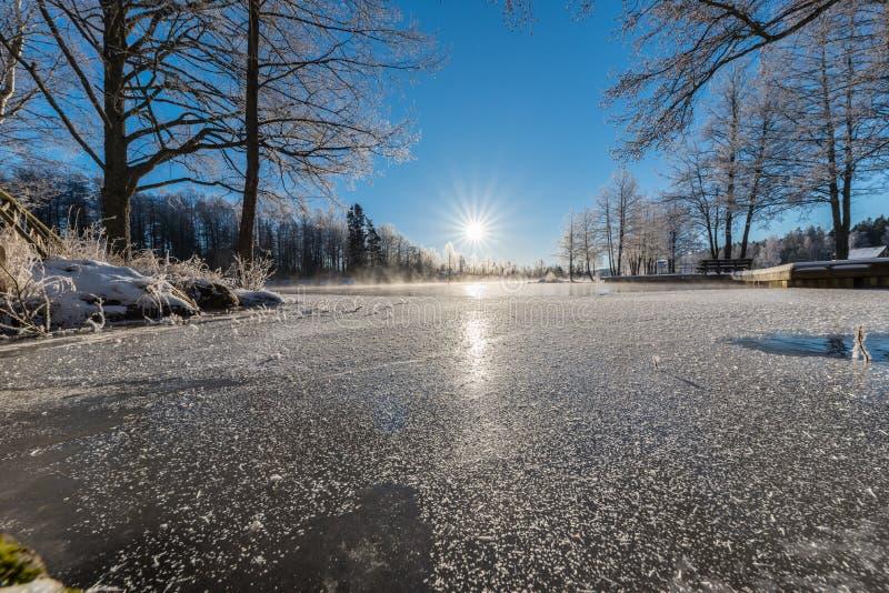 Lever de soleil au-dessus de l'eau chez Knappforsen Lunedet près de Karlskoga Suède photo stock