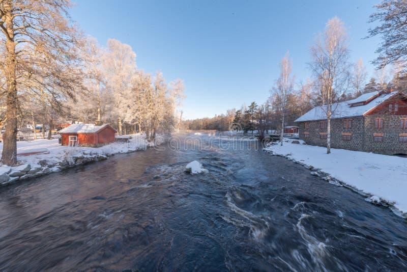 Lever de soleil au-dessus de l'eau chez Knappforsen Lunedet près de Karlskoga Suède image libre de droits