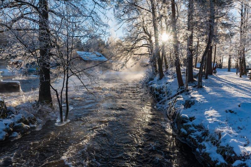Lever de soleil au-dessus de l'eau chez Knappforsen Lunedet près de Karlskoga Suède image stock