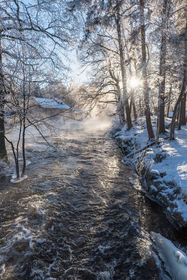 Lever de soleil au-dessus de l'eau chez Knappforsen Lunedet près de Karlskoga Suède images libres de droits