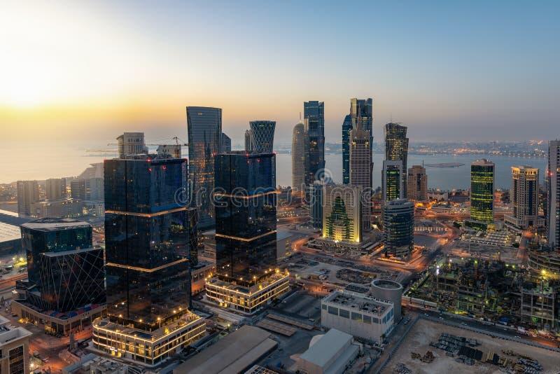 Lever de soleil au-dessus de l'horizon urbain de Doha, le centre de la ville, Qatar photo stock