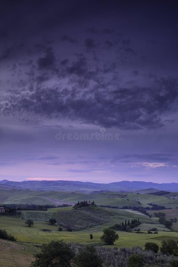 """Lever de soleil au-dessus de la ferme de belvédère, Val D """"Orcia, près de San Quirico Tuscany image libre de droits"""