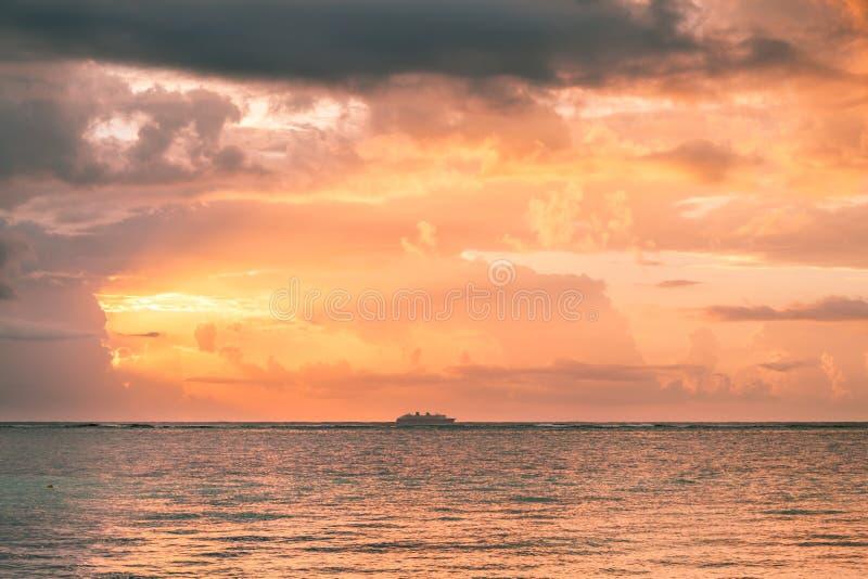 Lever de soleil au-dessus de la mer des Caraïbes et du ferry-boat, Mexique photographie stock