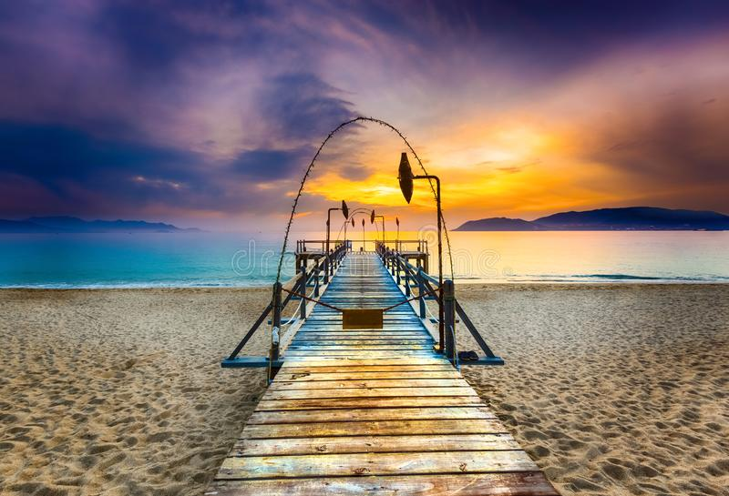 Lever de soleil au-dessus de la mer Horizontal étonnant image libre de droits