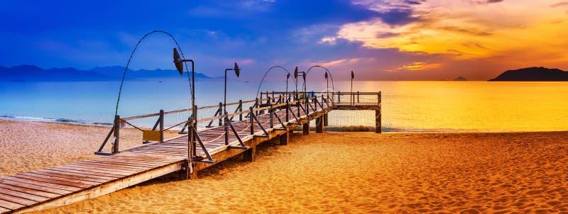 Lever de soleil au-dessus de la mer Horizontal étonnant Panorama photos stock