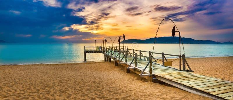 Lever de soleil au-dessus de la mer Horizontal étonnant Panorama photo libre de droits