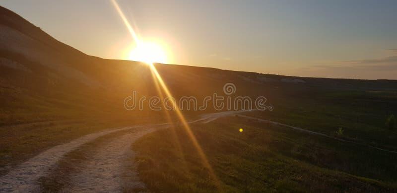 Lever de soleil au-dessus de la route dans la campagne photo stock