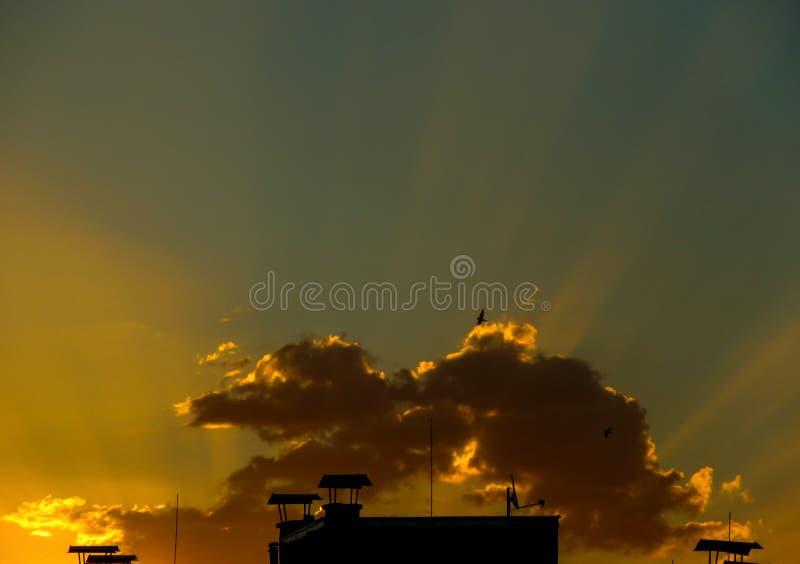 Lever de soleil au-dessus de la ville image stock