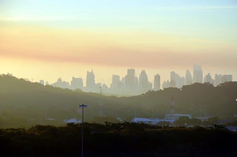 Lever de soleil au-dessus de la ville de Balboa au Panama photographie stock