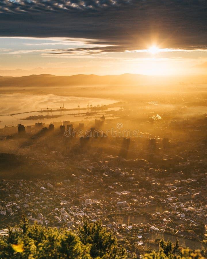 Lever de soleil au-dessus de la ville de Cape Town Afrique du Sud image libre de droits