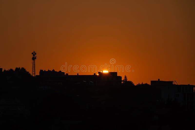 Lever de soleil au-dessus de la ville Silhouette de la ville photographie stock libre de droits