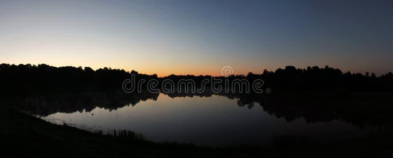 Lever de soleil au-dessus de lac photographie stock libre de droits