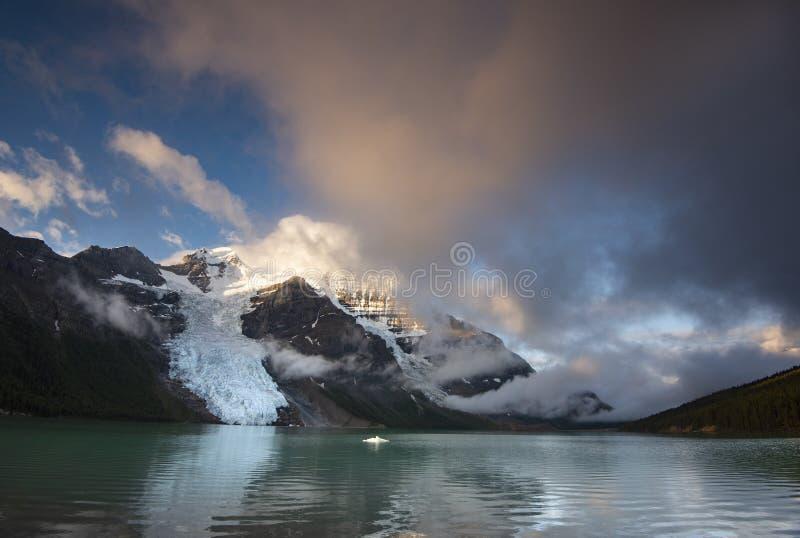 Lever de soleil au-dessus de lac berg dans le bâti Robson Provincial Park en Colombie-Britannique images stock