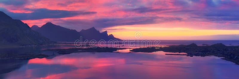 Lever de soleil au-dessus de mer photographie stock libre de droits
