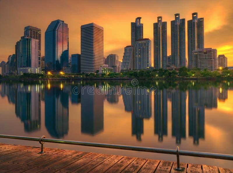 Lever de soleil au-dessus de parc de la Reine Silikit à Bangkok photo stock