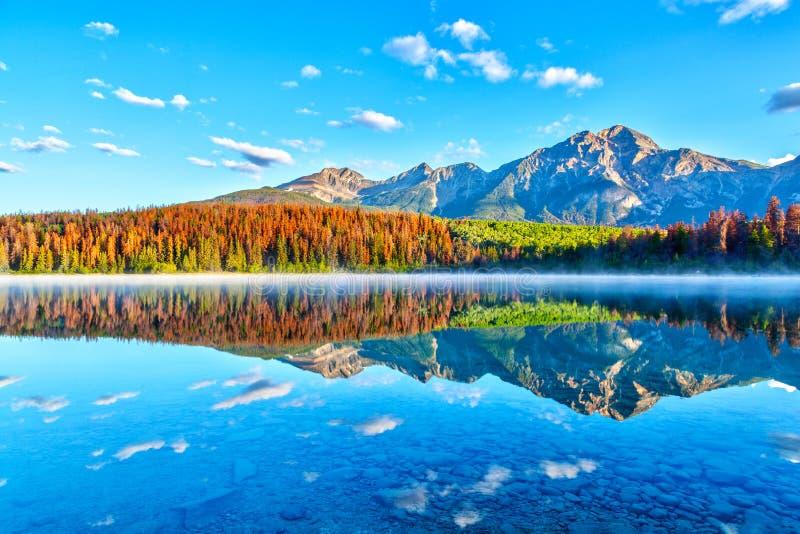 Lever de soleil au-dessus de Patricia Lake en Jasper National Park photographie stock libre de droits