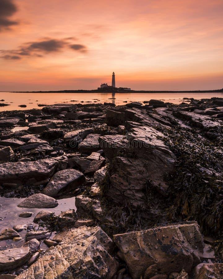 Lever de soleil au-dessus de phare de St Marys photographie stock
