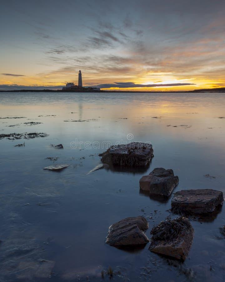 Lever de soleil au-dessus de phare de St Marys Whitley Bay sur la Côte Est du nord de l'Angleterre photographie stock libre de droits