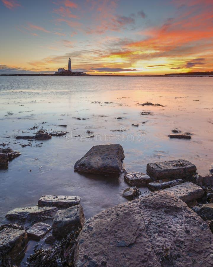 Lever de soleil au-dessus de phare de St Marys Whitley Bay sur la Côte Est du nord de l'Angleterre photos stock