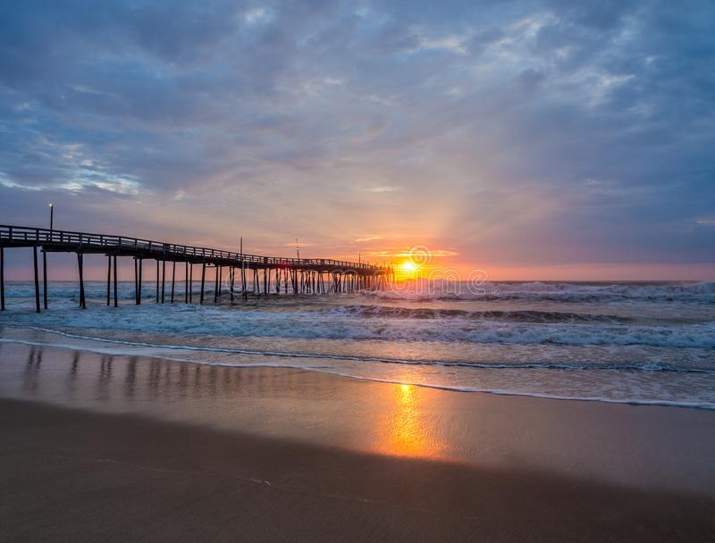Lever de soleil au-dessus de pilier de pêche chez Carolina Outer Banks du nord images stock