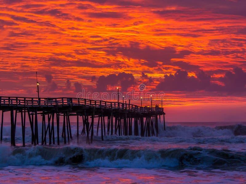Lever de soleil au-dessus de pilier de pêche chez Carolina Outer Banks du nord photos stock