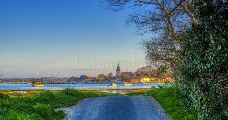 Lever de soleil au-dessus de port de Bosham et de village, le Sussex occidental, R-U photographie stock libre de droits
