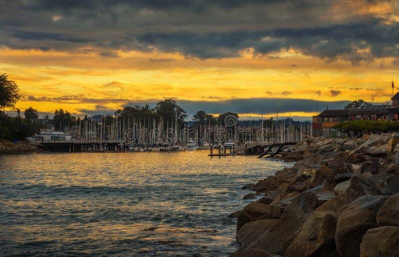 Lever de soleil au-dessus de port de Santa Cruz dans la baie de Monterey, la Californie photo libre de droits