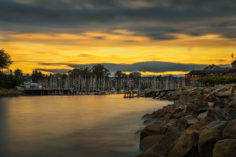 Lever de soleil au-dessus de port de Santa Cruz dans la baie de Monterey, la Californie photographie stock