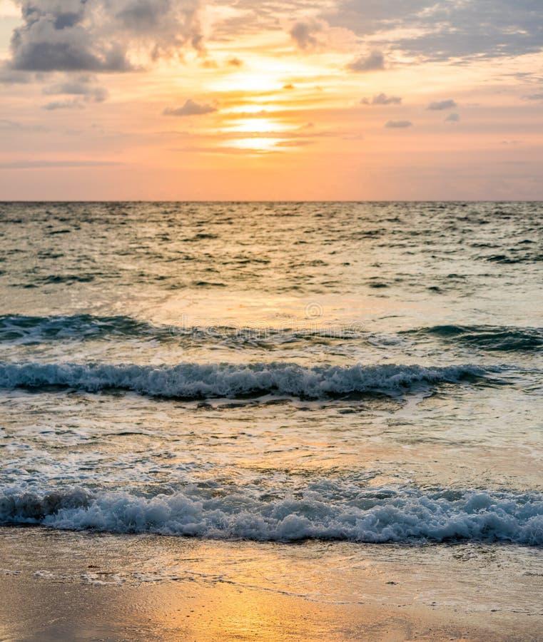 Lever de soleil au-dessus de ressac d'océan images stock