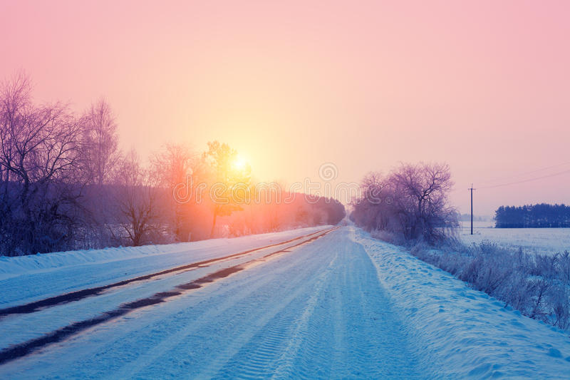 Lever de soleil au-dessus de route neigeuse photo stock