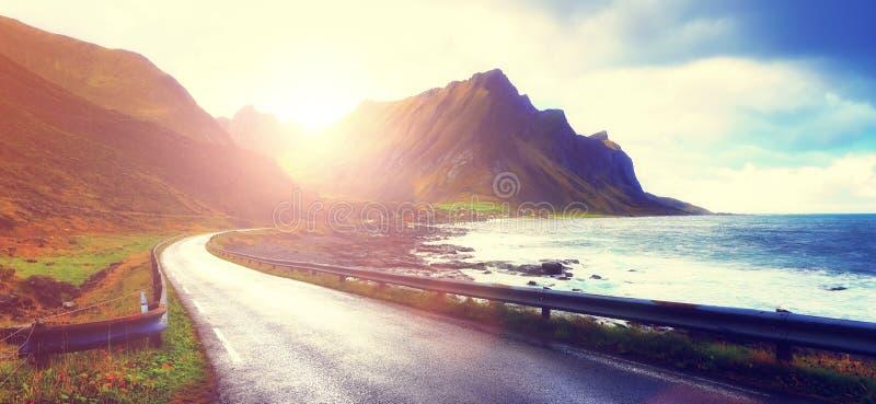 Lever de soleil au-dessus de route vide images stock