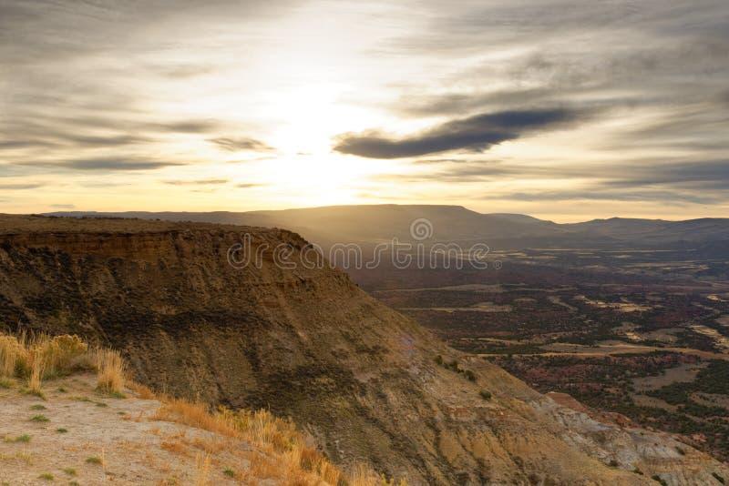 Lever de soleil au-dessus de shrubland élevé de désert au Wyoming image stock