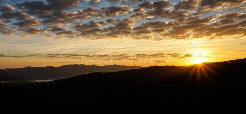 Lever de soleil au-dessus de silhouette de montagne dans les Appalaches de la Caroline du Nord occidentale photographie stock libre de droits