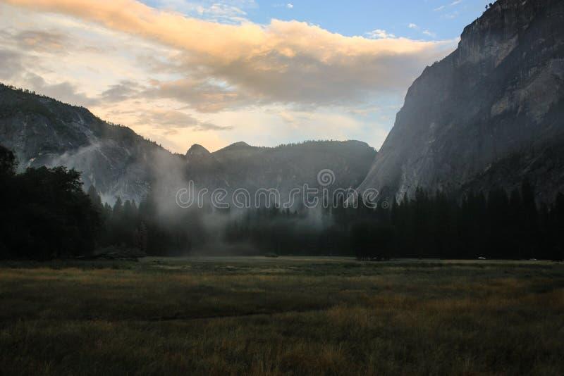 Lever de soleil au-dessus de vallée de Yosemite avec le demi dôme un EL Capitan Mounta images stock