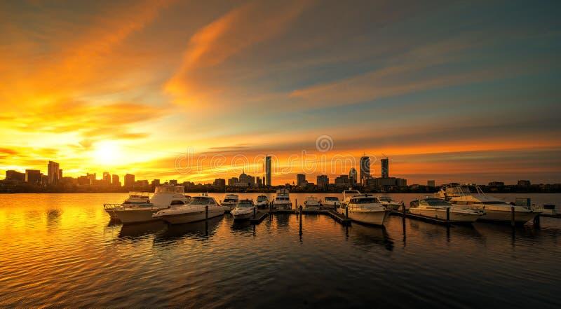 Lever de soleil au-dessus de ville de Boston avec le bateau et le port image stock