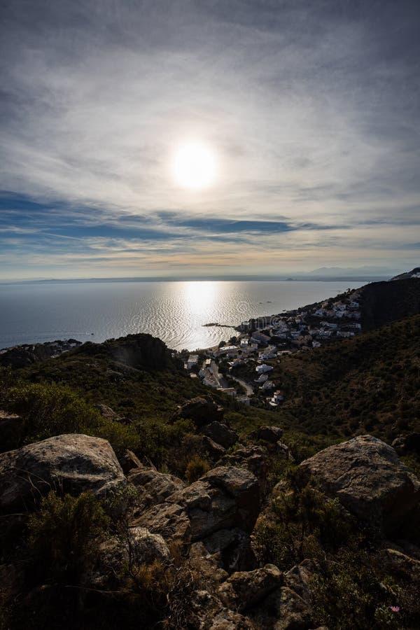 Lever de soleil au-dessus de ville méditerranéenne de côte images stock