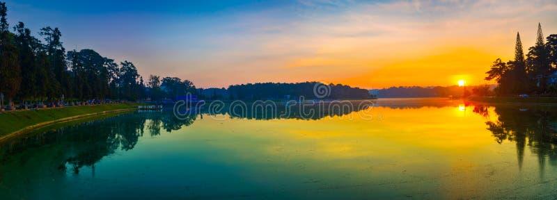 Lever de soleil au-dessus de Xuan Huong Lake, Dalat, Vietnam Panorama photo libre de droits