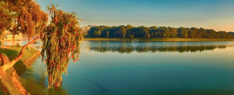 Lever de soleil au-dessus de Xuan Huong Lake, Dalat, Vietnam Panorama images libres de droits