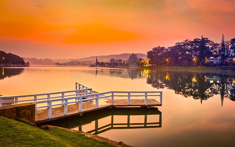 Lever de soleil au-dessus de Xuan Huong Lake, Dalat, Vietnam Panorama images stock