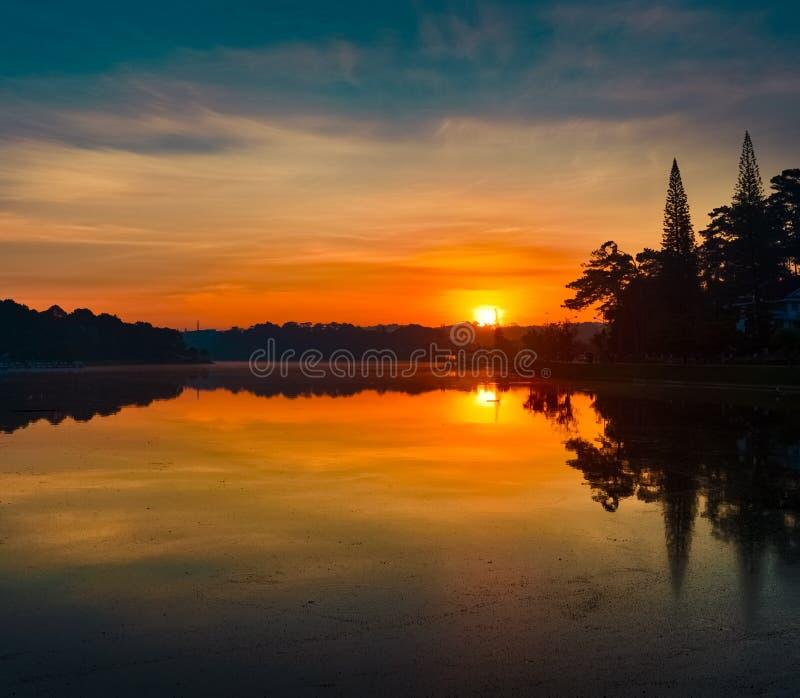 Lever de soleil au-dessus de Xuan Huong Lake, Dalat, Vietnam photo stock