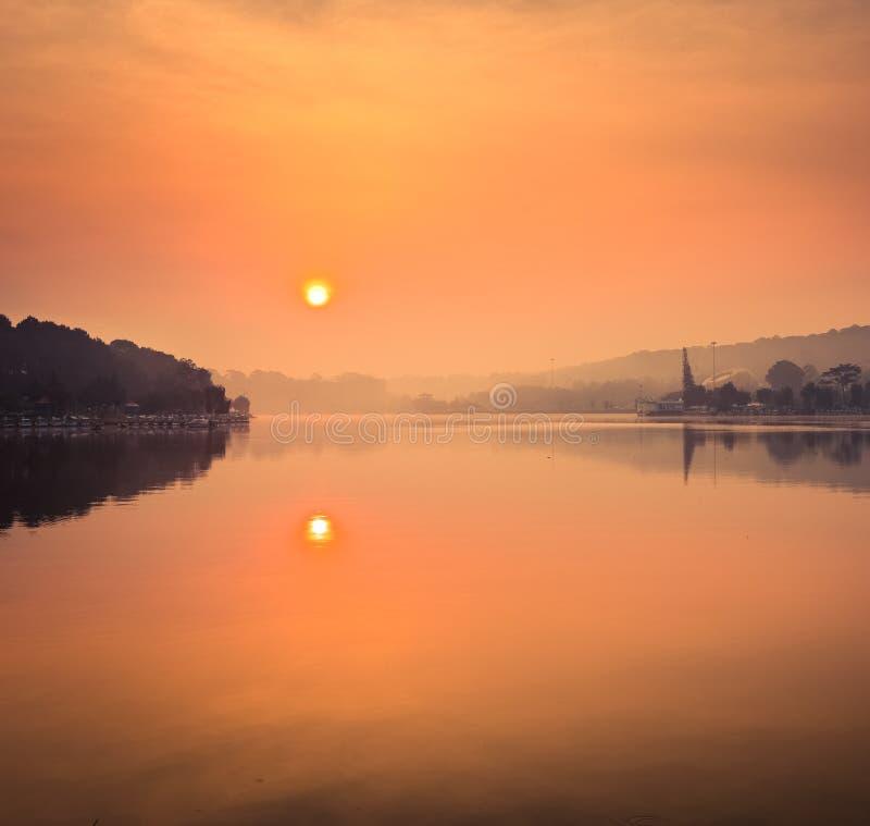 Lever de soleil au-dessus de Xuan Huong Lake, Dalat, Vietnam photographie stock