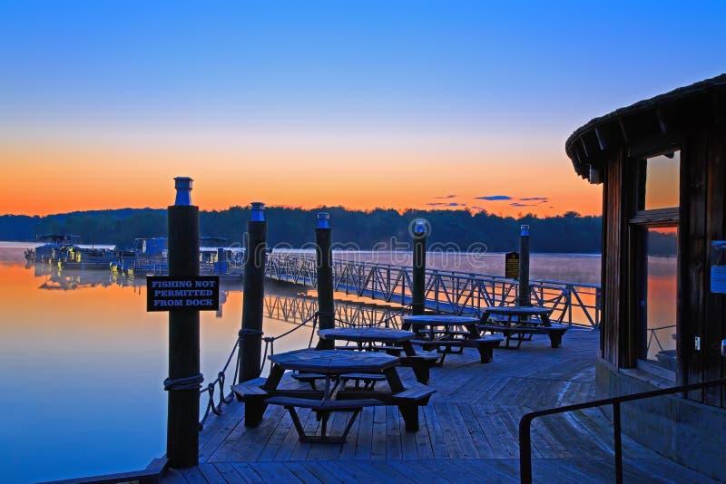 Lever de soleil au dock de bateau image stock