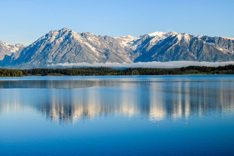 Lever de soleil au lac Jackson Wyoming avec le roulement de brouillard dedans photographie stock libre de droits