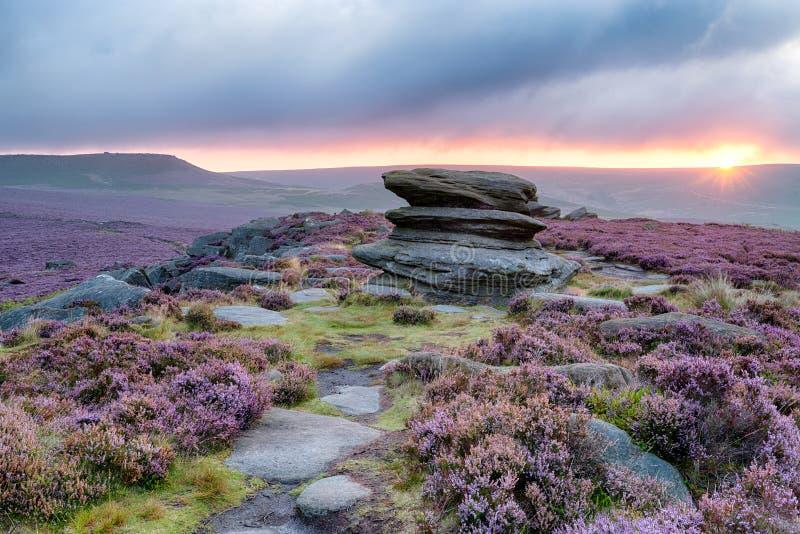 Lever de soleil au massif de roche fini d'Owker images libres de droits