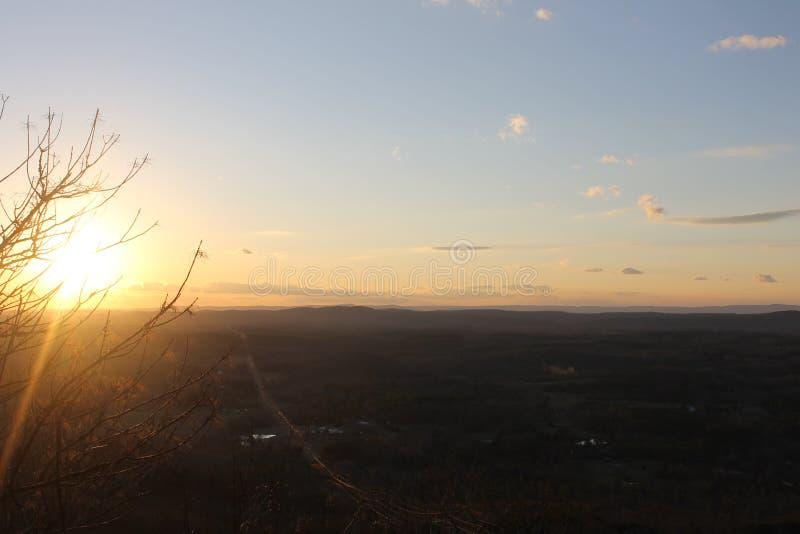 Lever de soleil au matin agréable de montagnes à détendre photos stock
