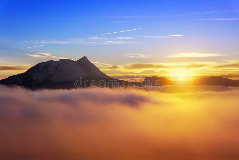 Lever de soleil au matin brumeux de Saibi avec la vue d'Anboto images stock